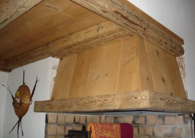 Hotte de ventilation et plafond en vieux bois